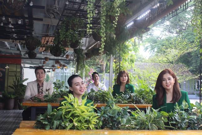 Ca sĩ Phi Hùng và nhiều nghệ sĩ hát tri ân y bác sĩ mùa Covid-19 ảnh 1