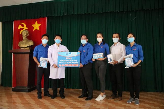 Tặng 400 triệu đồng động viên đội ngũ y tế bệnh viện dã chiến Củ Chi ảnh 1