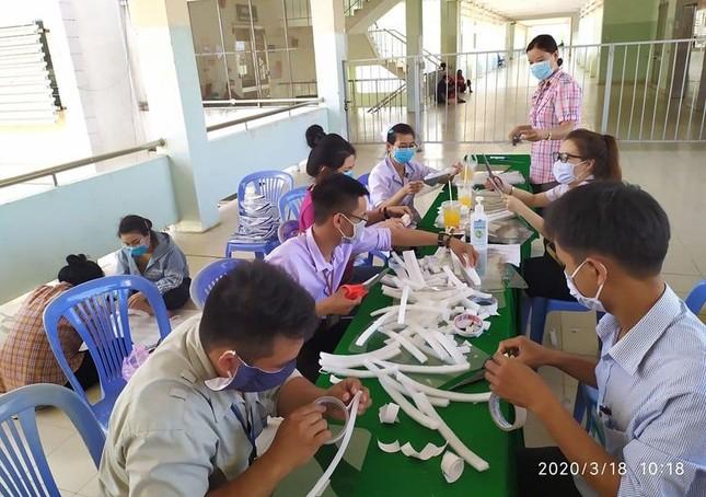 Tuổi trẻ BVĐK Bình Thuận làm kính bảo hộ tặng y bác sỹ chống dịch ảnh 1