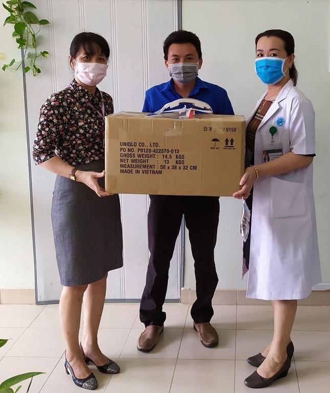 Tuổi trẻ BVĐK Bình Thuận làm kính bảo hộ tặng y bác sỹ chống dịch ảnh 2