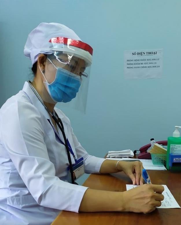 Tuổi trẻ BVĐK Bình Thuận làm kính bảo hộ tặng y bác sỹ chống dịch ảnh 3