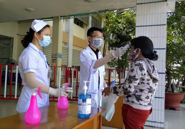 Tuổi trẻ BVĐK Bình Thuận làm kính bảo hộ tặng y bác sỹ chống dịch ảnh 4