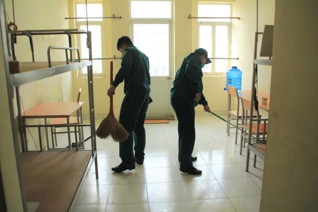 Tình nguyện viên ở Ký túc xá làm nơi cách ly ảnh 11