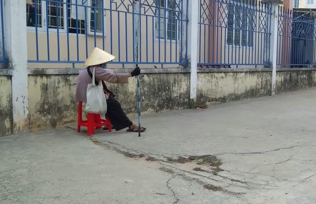 Người bán vé Sài Gòn mưu sinh trước giờ nghỉ chống dịch COVID-19 ảnh 5