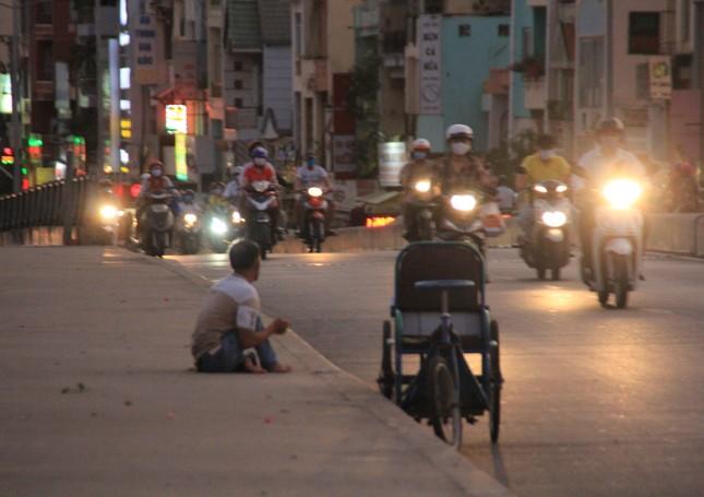 Người bán vé Sài Gòn mưu sinh trước giờ nghỉ chống dịch COVID-19 ảnh 6