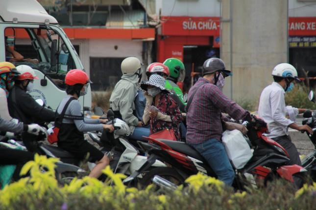 Người bán vé Sài Gòn mưu sinh trước giờ nghỉ chống dịch COVID-19 ảnh 2