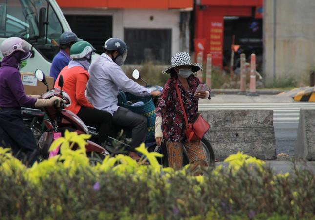 Người bán vé Sài Gòn mưu sinh trước giờ nghỉ chống dịch COVID-19 ảnh 1