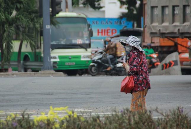 Người bán vé Sài Gòn mưu sinh trước giờ nghỉ chống dịch COVID-19 ảnh 3