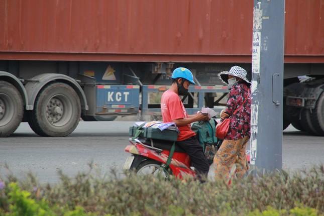 Người bán vé Sài Gòn mưu sinh trước giờ nghỉ chống dịch COVID-19 ảnh 4