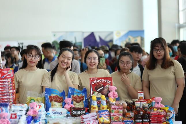 Hoa hậu Trần Tiểu Vy góp sức tại 'Phiên chợ 0 đồng' giúp sinh viên khó khăn ảnh 2