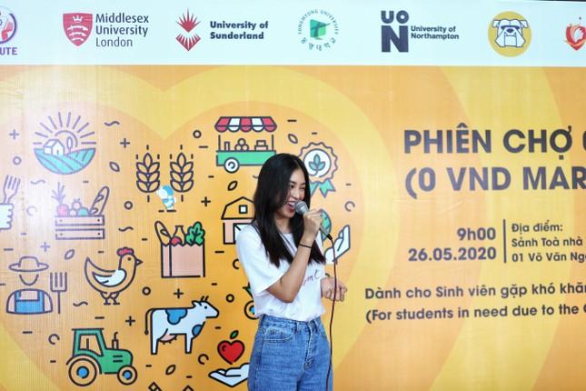 Hoa hậu Trần Tiểu Vy góp sức tại 'Phiên chợ 0 đồng' giúp sinh viên khó khăn ảnh 1