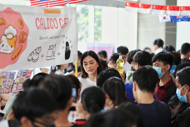 Hoa hậu Trần Tiểu Vy góp sức tại 'Phiên chợ 0 đồng' giúp sinh viên khó khăn ảnh 3