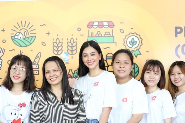 Hoa hậu Trần Tiểu Vy góp sức tại 'Phiên chợ 0 đồng' giúp sinh viên khó khăn ảnh 4