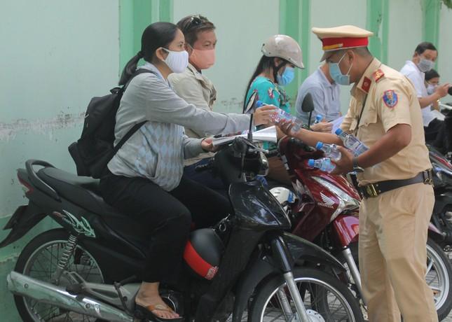 Nét đẹp tình nguyện trong ngày thi tốt nghiệp THPT mưa tầm tã giữa Sài thành ảnh 12