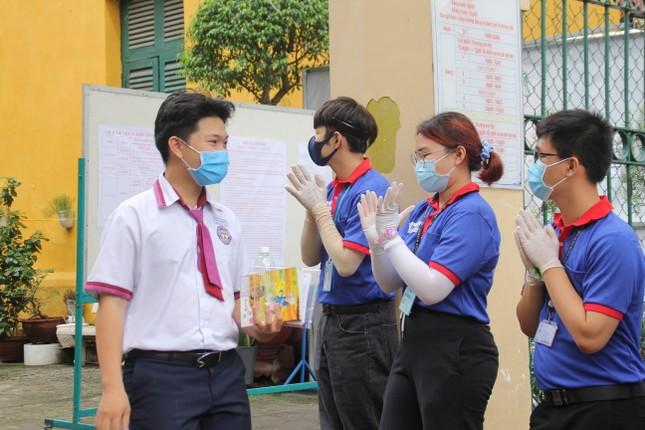 Nét đẹp tình nguyện trong ngày thi tốt nghiệp THPT mưa tầm tã giữa Sài thành ảnh 1