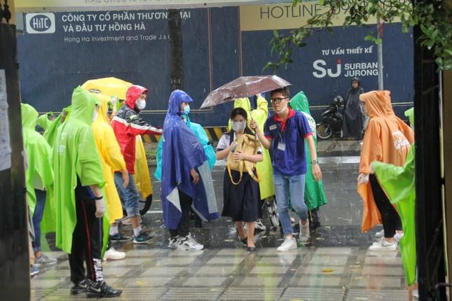 Nét đẹp tình nguyện trong ngày thi tốt nghiệp THPT mưa tầm tã giữa Sài thành ảnh 2