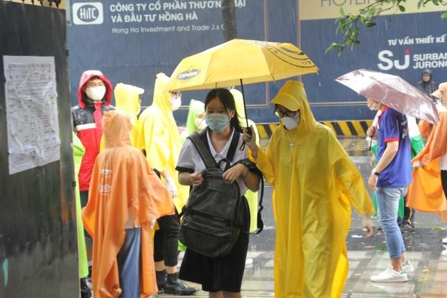 Nét đẹp tình nguyện trong ngày thi tốt nghiệp THPT mưa tầm tã giữa Sài thành ảnh 3