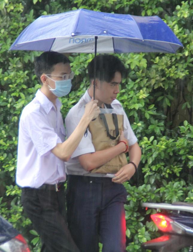 Nét đẹp tình nguyện trong ngày thi tốt nghiệp THPT mưa tầm tã giữa Sài thành ảnh 5