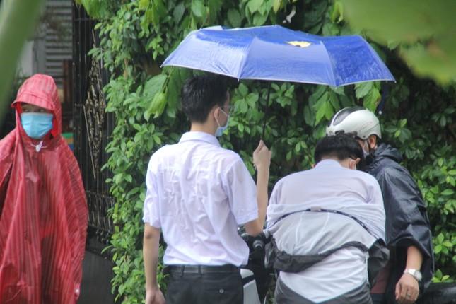 Nét đẹp tình nguyện trong ngày thi tốt nghiệp THPT mưa tầm tã giữa Sài thành ảnh 6