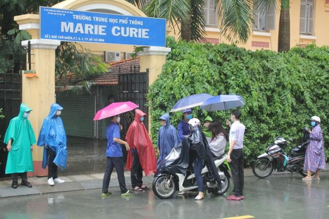 Nét đẹp tình nguyện trong ngày thi tốt nghiệp THPT mưa tầm tã giữa Sài thành ảnh 4