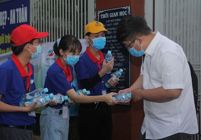 Nét đẹp tình nguyện trong ngày thi tốt nghiệp THPT mưa tầm tã giữa Sài thành ảnh 9