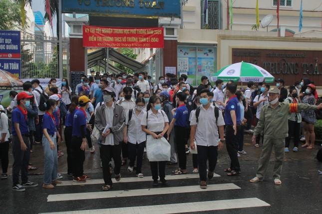 Nét đẹp tình nguyện trong ngày thi tốt nghiệp THPT mưa tầm tã giữa Sài thành ảnh 8