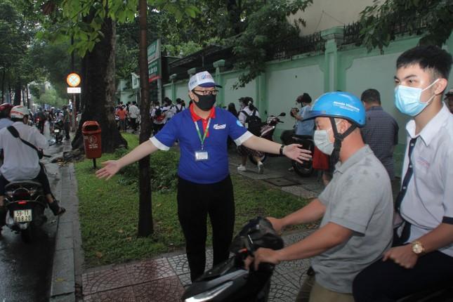 Nét đẹp tình nguyện trong ngày thi tốt nghiệp THPT mưa tầm tã giữa Sài thành ảnh 7