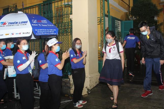 Nét đẹp tình nguyện trong ngày thi tốt nghiệp THPT mưa tầm tã giữa Sài thành ảnh 10