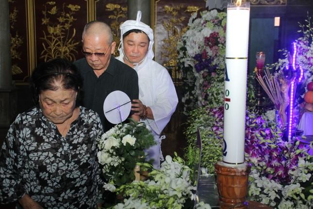 Việt Trinh an ủi, chia sẻ nỗi đau mất cha của Lý Hùng khi tới viếng NSND Lý Huỳnh ảnh 13