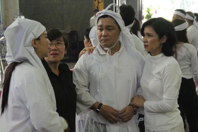 Việt Trinh an ủi, chia sẻ nỗi đau mất cha của Lý Hùng khi tới viếng NSND Lý Huỳnh ảnh 6
