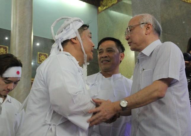 Việt Trinh an ủi, chia sẻ nỗi đau mất cha của Lý Hùng khi tới viếng NSND Lý Huỳnh ảnh 1