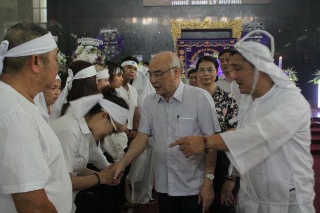 Việt Trinh an ủi, chia sẻ nỗi đau mất cha của Lý Hùng khi tới viếng NSND Lý Huỳnh ảnh 2