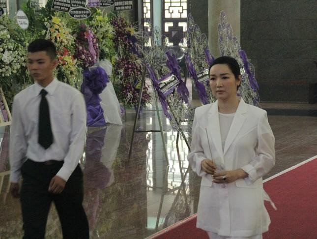 Việt Trinh an ủi, chia sẻ nỗi đau mất cha của Lý Hùng khi tới viếng NSND Lý Huỳnh ảnh 7