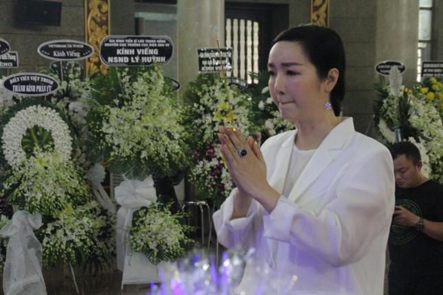 Việt Trinh an ủi, chia sẻ nỗi đau mất cha của Lý Hùng khi tới viếng NSND Lý Huỳnh ảnh 8