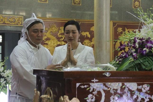Việt Trinh an ủi, chia sẻ nỗi đau mất cha của Lý Hùng khi tới viếng NSND Lý Huỳnh ảnh 9