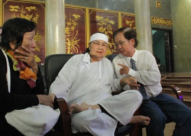 Việt Trinh an ủi, chia sẻ nỗi đau mất cha của Lý Hùng khi tới viếng NSND Lý Huỳnh ảnh 11