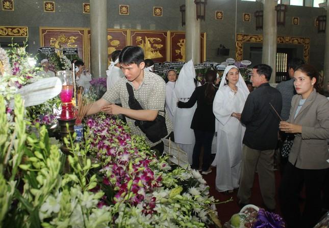 Lý Hùng nghẹn ngào nói lời tri ân trước giờ đưa NSND Lý Huỳnh về nơi an nghỉ cuối cùng ảnh 3