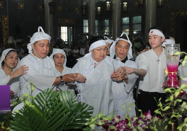Lý Hùng nghẹn ngào nói lời tri ân trước giờ đưa NSND Lý Huỳnh về nơi an nghỉ cuối cùng ảnh 9