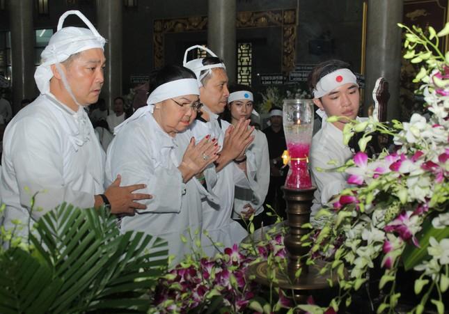 Lý Hùng nghẹn ngào nói lời tri ân trước giờ đưa NSND Lý Huỳnh về nơi an nghỉ cuối cùng ảnh 8
