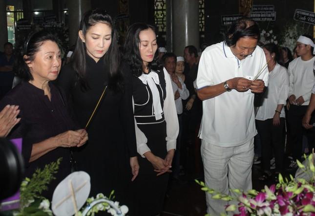 Lý Hùng nghẹn ngào nói lời tri ân trước giờ đưa NSND Lý Huỳnh về nơi an nghỉ cuối cùng ảnh 1