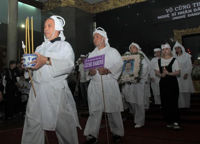 Lý Hùng nghẹn ngào nói lời tri ân trước giờ đưa NSND Lý Huỳnh về nơi an nghỉ cuối cùng ảnh 14