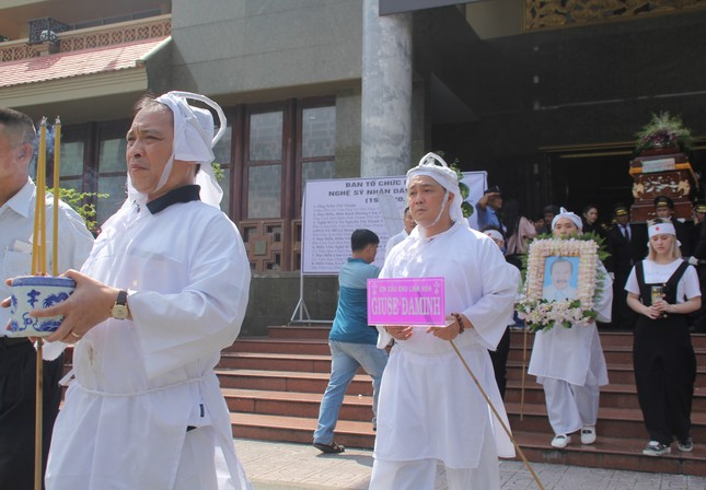Lý Hùng nghẹn ngào nói lời tri ân trước giờ đưa NSND Lý Huỳnh về nơi an nghỉ cuối cùng ảnh 15