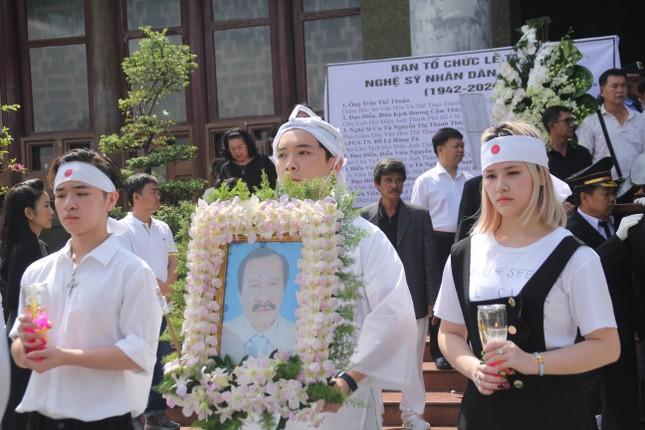 Lý Hùng nghẹn ngào nói lời tri ân trước giờ đưa NSND Lý Huỳnh về nơi an nghỉ cuối cùng ảnh 16
