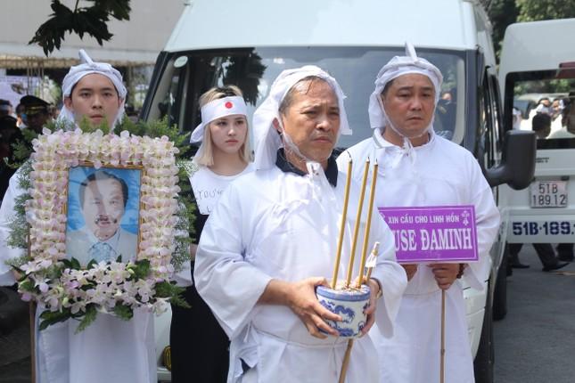 Lý Hùng nghẹn ngào nói lời tri ân trước giờ đưa NSND Lý Huỳnh về nơi an nghỉ cuối cùng ảnh 17