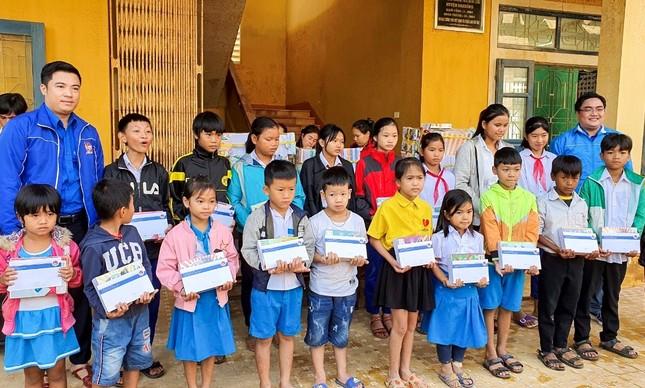 Thành Đoàn TPHCM tiếp sức học trò vùng lũ trong ngày đầu trở lại học tập ảnh 3