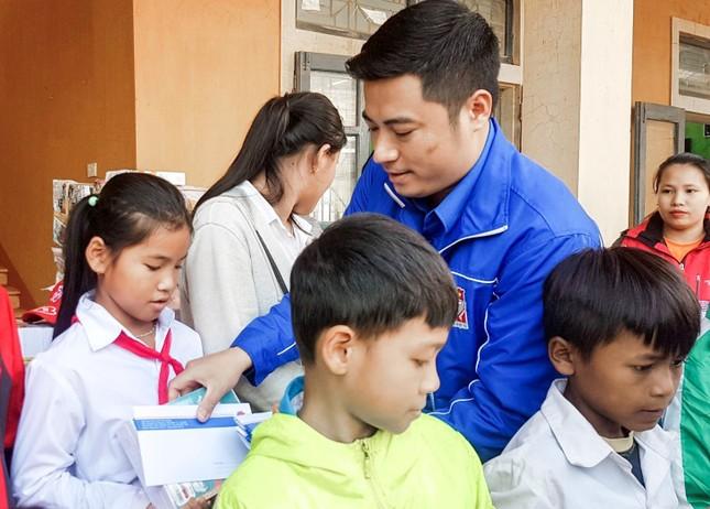 Thành Đoàn TPHCM tiếp sức học trò vùng lũ trong ngày đầu trở lại học tập ảnh 2
