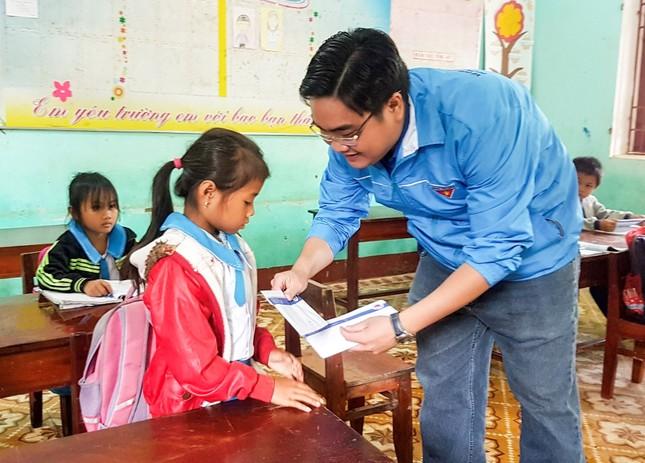 Thành Đoàn TPHCM tiếp sức học trò vùng lũ trong ngày đầu trở lại học tập ảnh 1