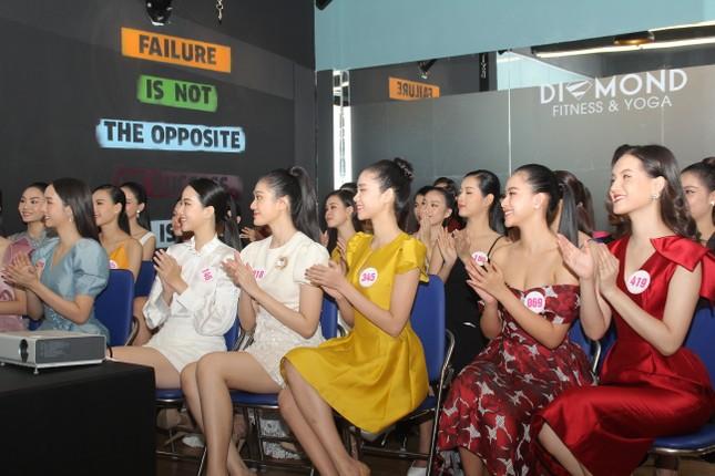 Stylist Kye Nguyễn, Hoa hậu Tiểu Vy 'chấm điểm' thi ảnh Aqua Challenge tại HHVN 2020 ảnh 3