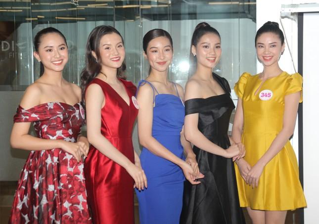 Stylist Kye Nguyễn, Hoa hậu Tiểu Vy 'chấm điểm' thi ảnh Aqua Challenge tại HHVN 2020 ảnh 1