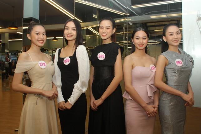 Stylist Kye Nguyễn, Hoa hậu Tiểu Vy 'chấm điểm' thi ảnh Aqua Challenge tại HHVN 2020 ảnh 2